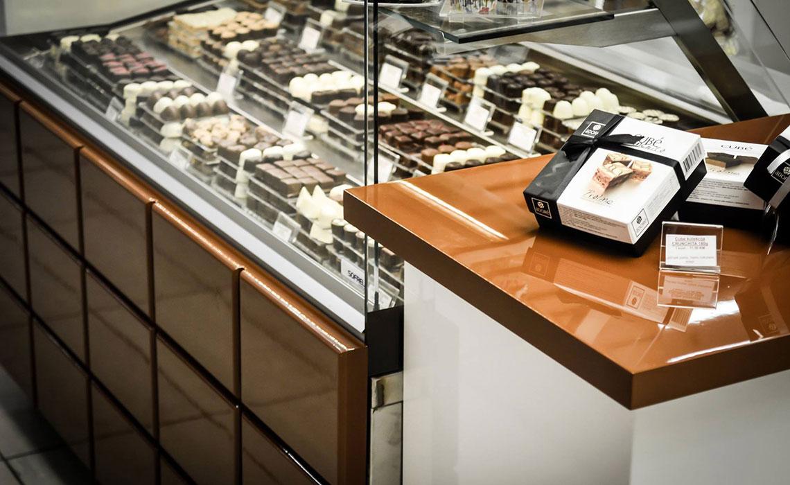 Dizajn i izrada pulta prodavnice čokolade. Dizajn koji direkno komunicira djelatnost