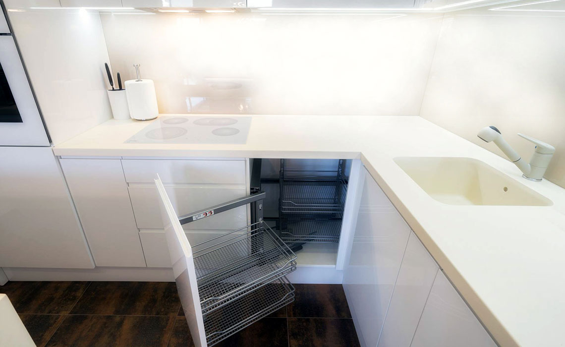 Moć bijele boje- Moderna i praktična kuhinja koja čini da se prostor doima većim. /Privatni stan)