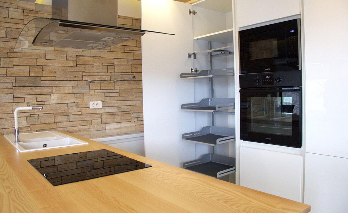 Ostrvo u fokusu- Prostrana kuhinja zaokružena elementima u nijansi hrasta. (Privatni stan)