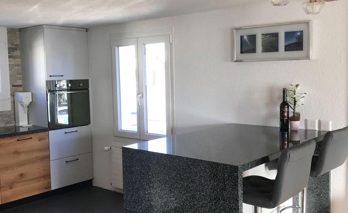 Skandinavijska kuhinja u bijeloj boji i hrastu koja gdje preovladavaju čiste linije i funkcionalnost. (Privatni stan)