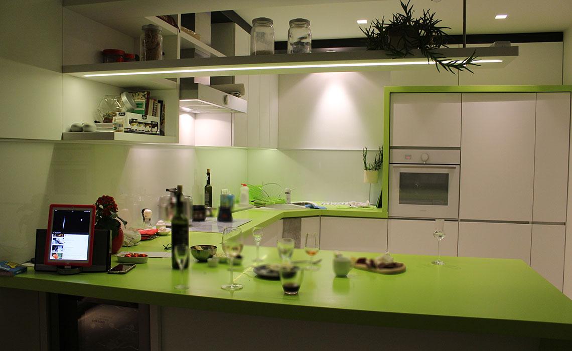 Urbana kuhinja- Velika radna površina  i odlična organizacija kuhinjskih elemenata. (Privatni stan)